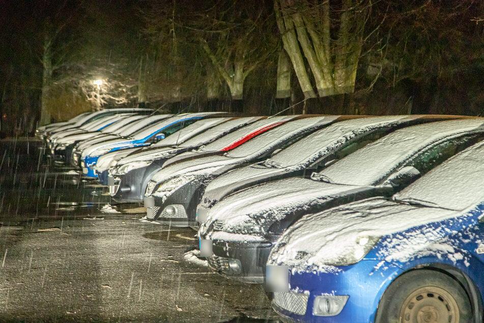 In Zwönitz (Erzgebirge) meldete sich kurz vor Ostern der Winter zurück. Mehrere Zentimeter Neuschnee lag auf den Autodächern.