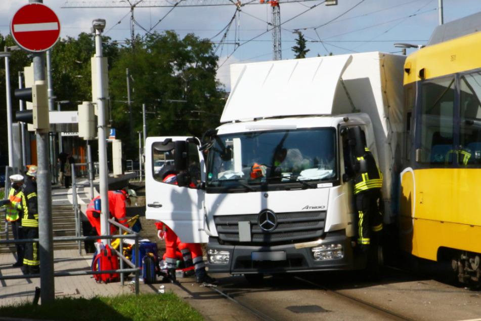 Laster biegt verbotenerweise ab, kracht in Stadtbahn: Strecke gesperrt!