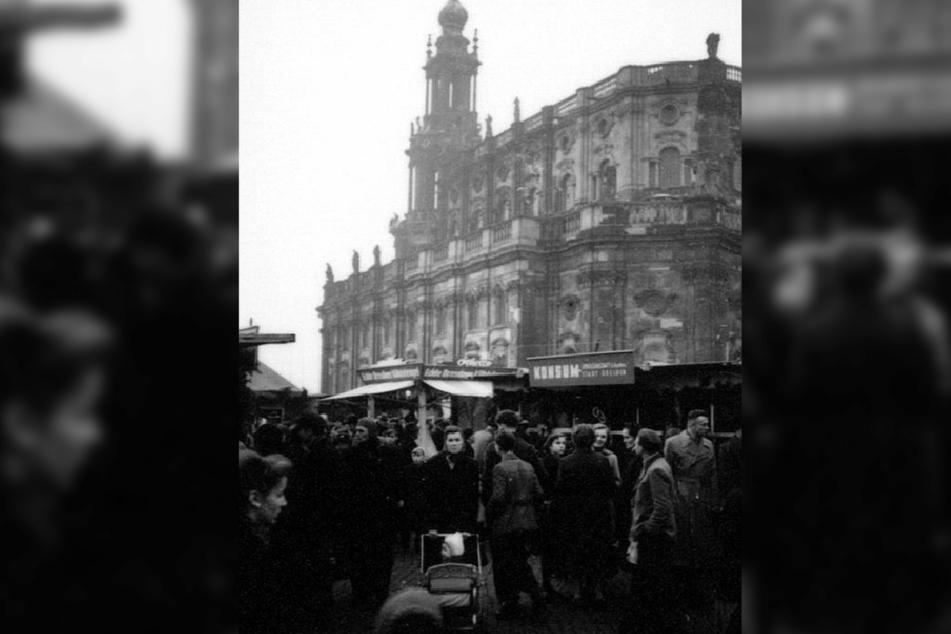 Der erste Striezelmarkt in der Altstadt nach dem Krieg fand 1954 auf dem Theaterplatz statt.