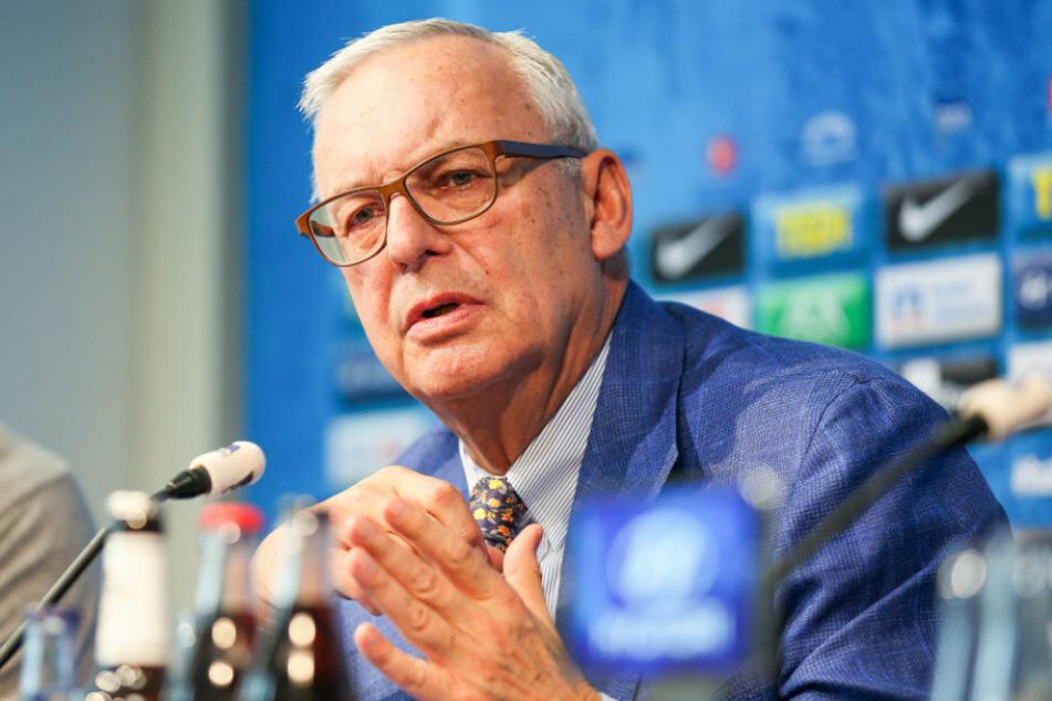 Hertha-Präsident Werner Gegenbauer (70) bei einer Pressekonferenz. Am Sonntag stellt er sich bei der Mitgliederversammlung der Blau-Weißen zur Neuwahl.