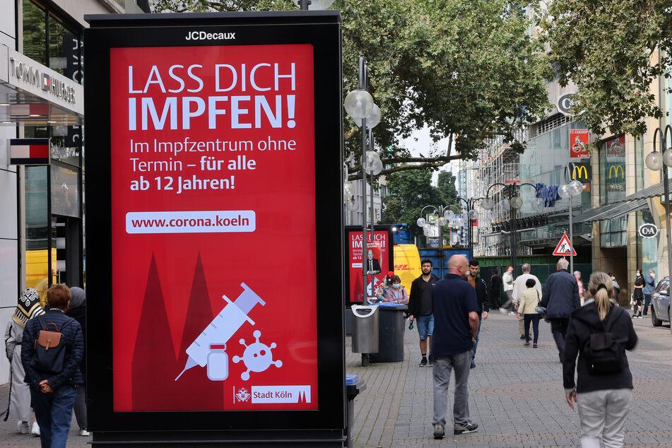 In Köln wirbt die Stadt mit Plakaten für die Corona-Imfpung.