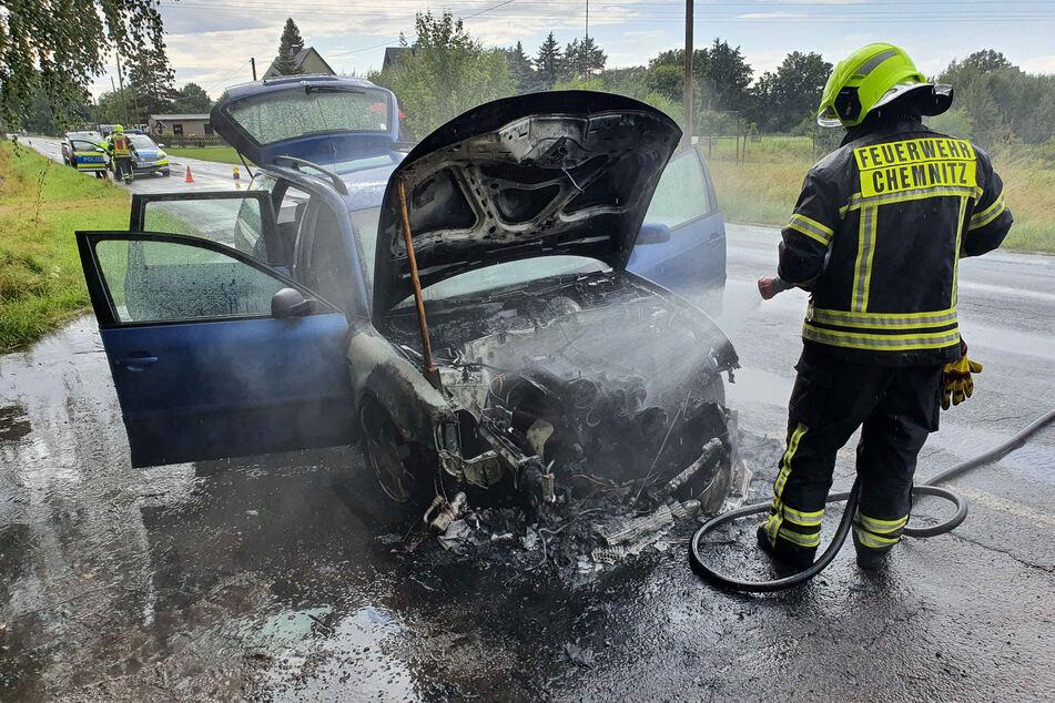 Das Feuer brach in dem VW im Motorraum aus.