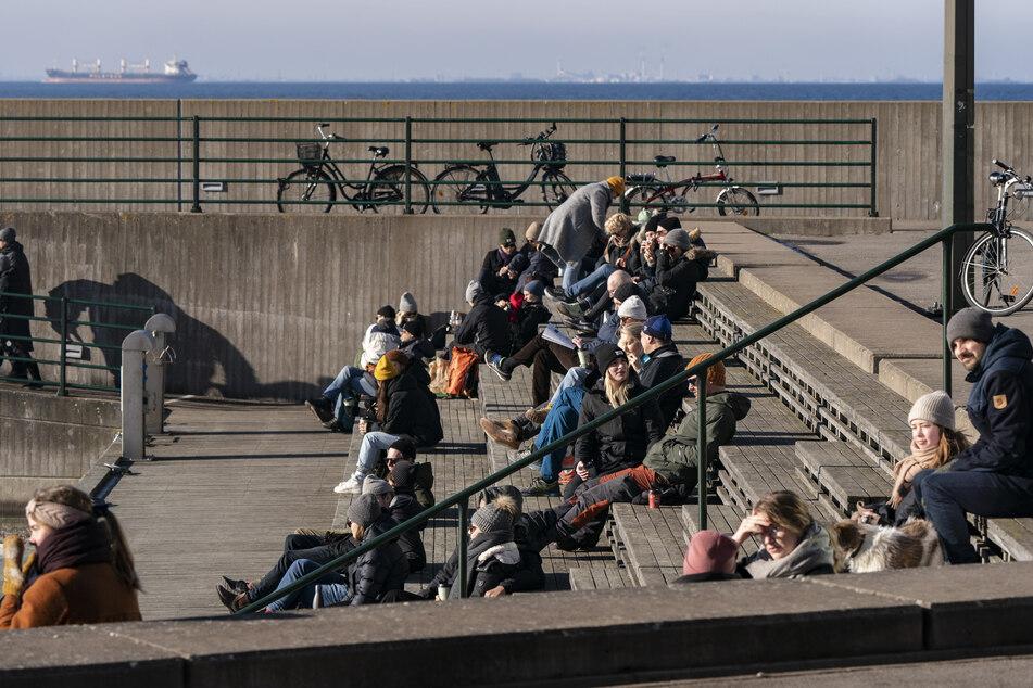 Menschen genießen das sonnige Wetter im Westhafen von Malmö.