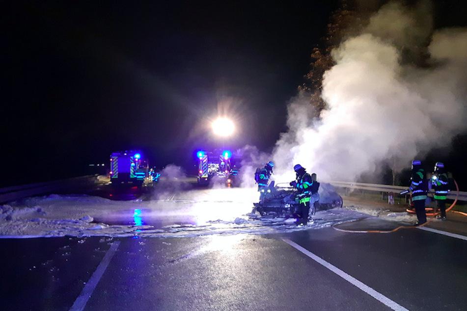 Der Mercedes brennt auf der A95 komplett aus.