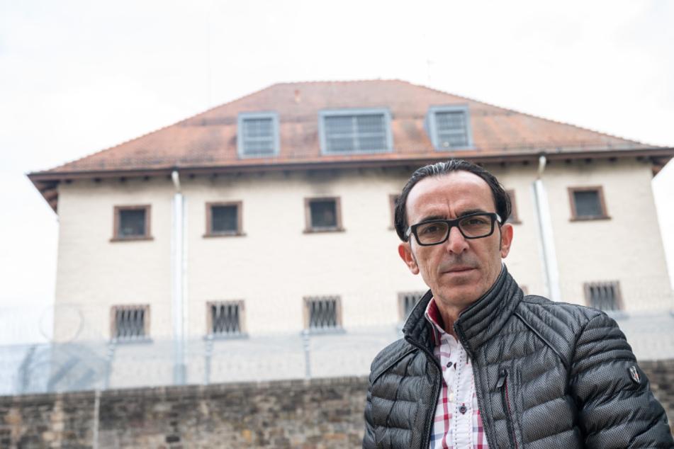 Buen Nuhiji steht vor der Außenstelle Villingen-Schwenningen der Justizvollzugsanstalt Rottweil. Er saß hier 360 Tage lang zu Unrecht als vermeintlicher Boss einer internationalen Drogenbande in U-Haft.
