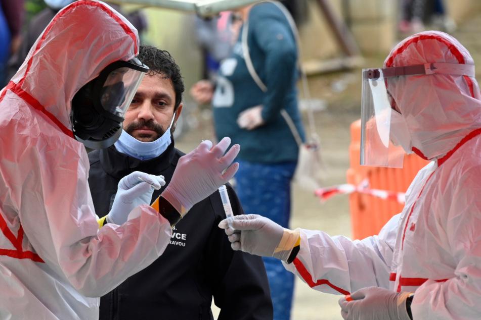 An den beiden kommenden Wochenenden will die slowakische Regierung fast die gesamte Bevölkerung des Landes auf das Coronavirus testen, wegen der steigenden Infektionszahlen.
