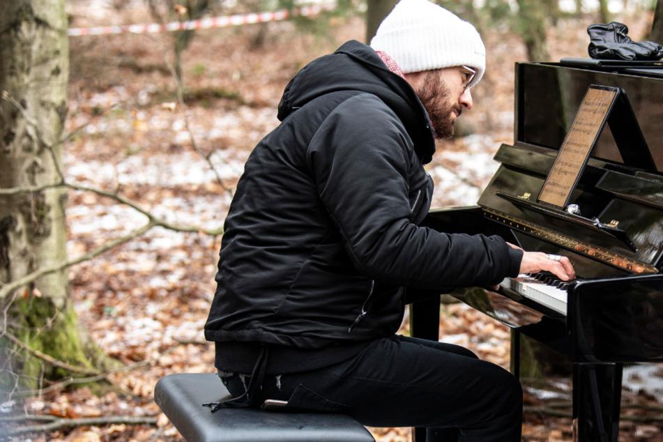 Der Pianist Igor Levit (33) spielte am Rande einer kahl geschlagenen Schneise im Dannenröder Forst.