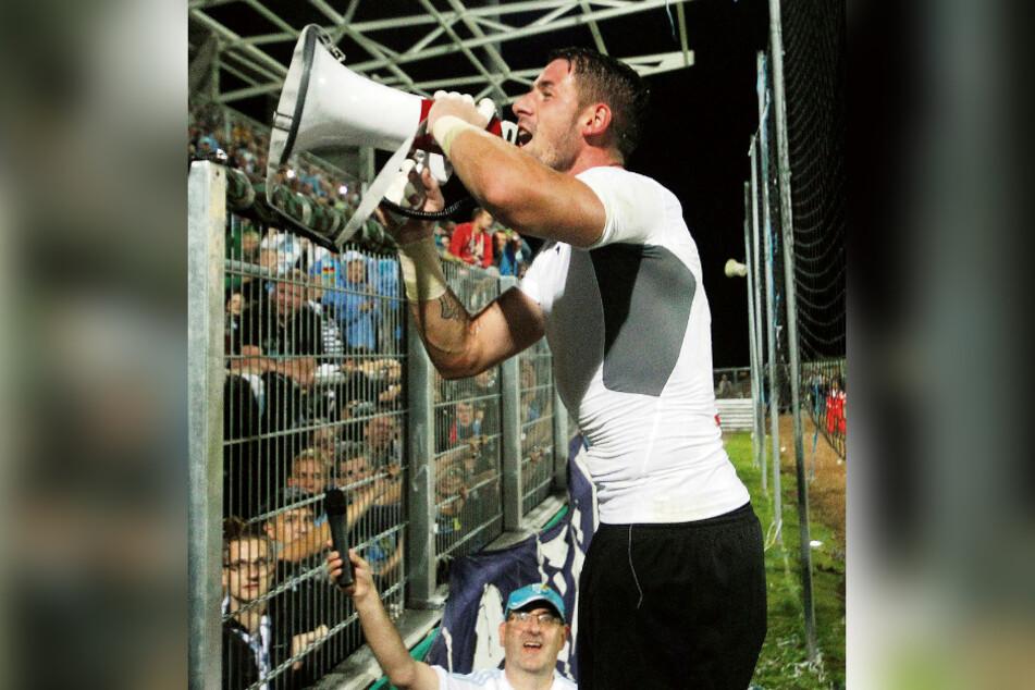 Nach dem Sieg gegen Mainz feierte Philipp Pentke den Erfolg mit den begeisterten CFC-Fans.