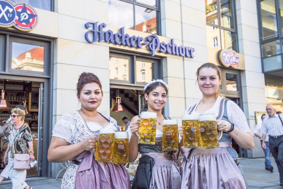Haben alle Hände voll zu tun: die Kellnerinnen Viola (31), Thalia (20) und Marta (28, v.l.).