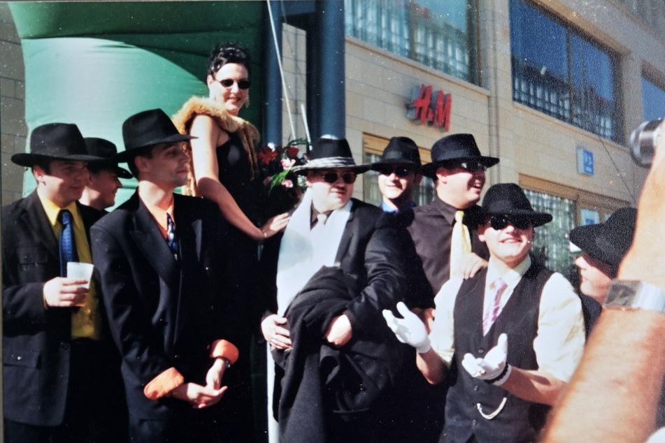 """Das """"Stadtkeller""""-Team als Mafiosi verkleidet beim Chemnitzer """"Kellnerlauf"""", 2000."""