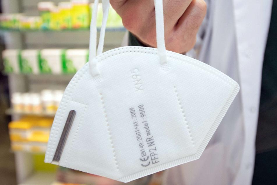 Im Streit zwischen dem Bund und mehreren Firmen um die Bezahlung von Schutzmasken hat das Landgericht Bonn die Klage eines Lieferanten abgewiesen. Die Masken seien mangelhaft und hätten Produktfehler. (Symbolbild)