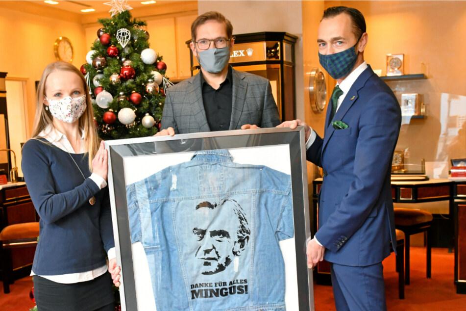 Gewandhaus-Hoteldirektor Florian Leisentritt (41, r.) organisierte für Wempe-Chef Ralf Pfeiffer (50) die Fanjacke, deren Erlös Maria Grahl (32) für das Albert-Schweitzer-Kinderdorf entgegennehmen wird.