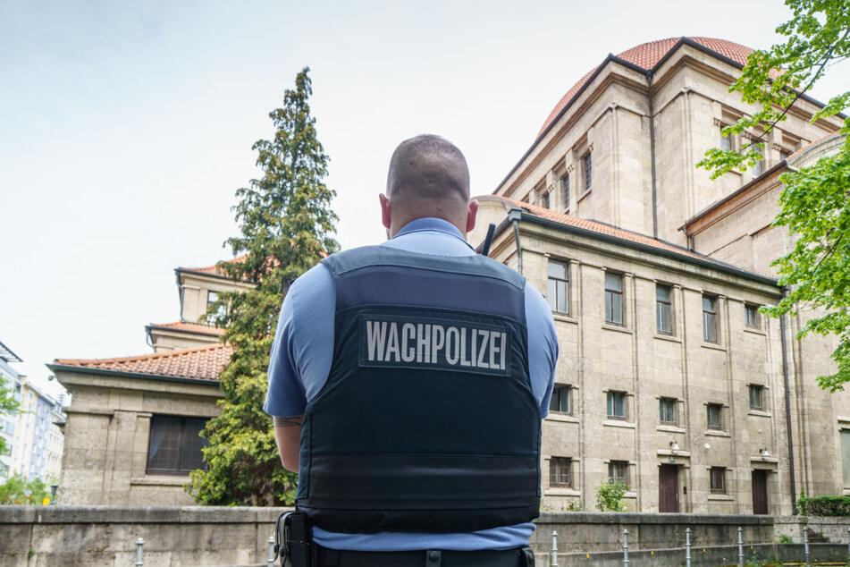 Ein Polizist steht vor einer Synagoge in Frankfurt am Main.