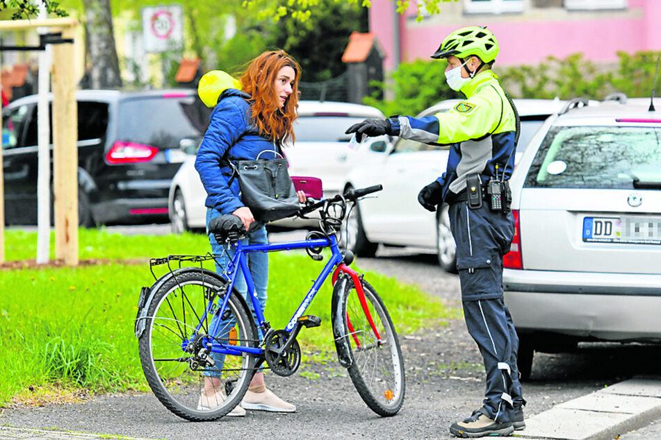 Radlerin Areej (33) bekam eine Verwarnung, weil Licht am Rad fehlte und sie auf dem Fußweg gefahren war.