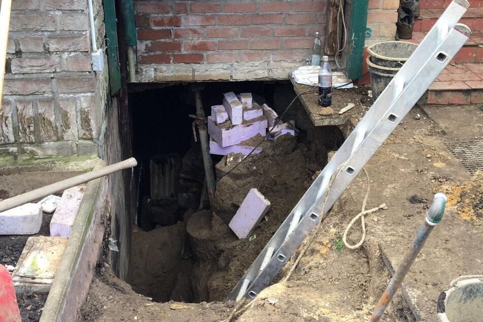 Unglück bei Schachtarbeiten: Hauseigentümer in Baugrube verschüttet