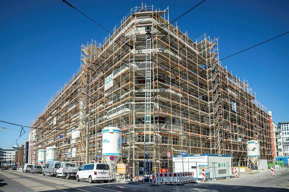 """Die """"Konstantinum""""-Baustelle in Leipzig – hier entstehen 123 neue Wohnungen. Die Handwerker sind weiterhin am Arbeiten, bei den Fassadenteilen gibt es die ersten Engpässe."""