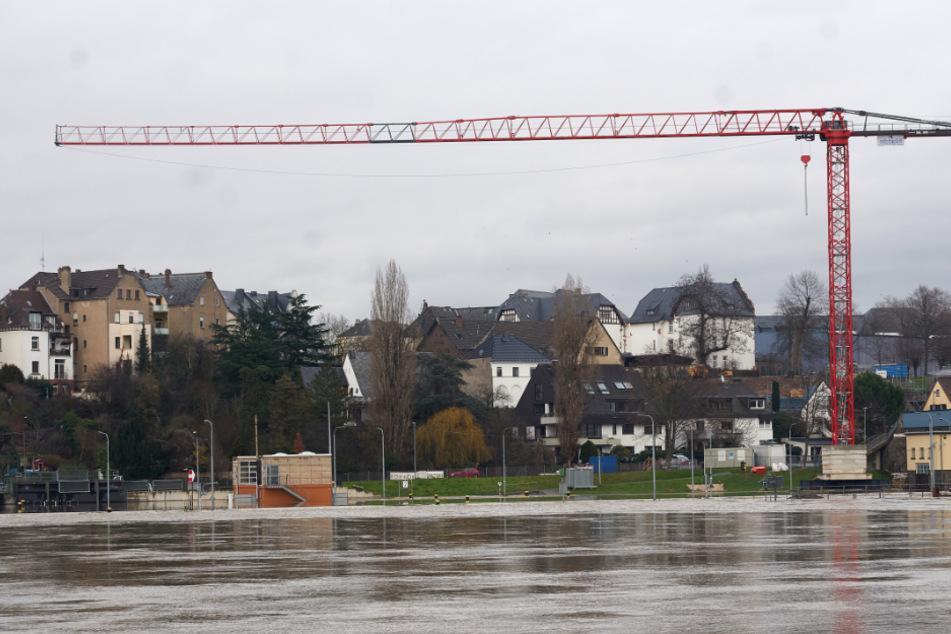 Hochwasser-Alarm: Baukran droht auf Wohnhäuser zu stürzen