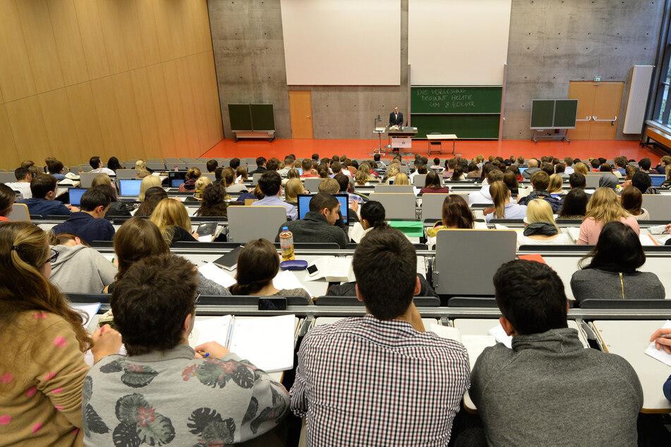Wird man wahrscheinlich so schnell nicht wieder sehen: Studenten eng zusammen in einem Hörsaal sitzend. (Symbolbild)