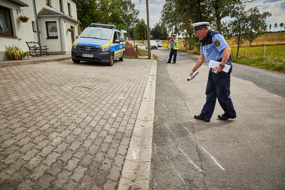 Die Polizei untersucht die Unfallstelle.