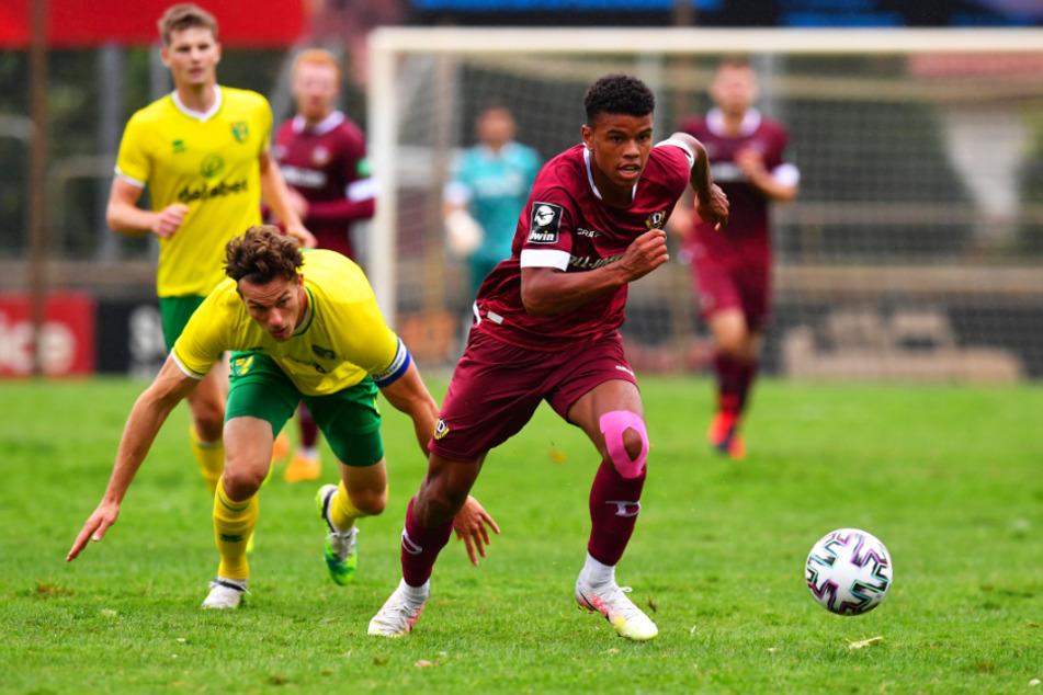 Ransford Königsdörffer (r.) lief im Test gegen Norwich City auch Christoph Zimmermann davon.