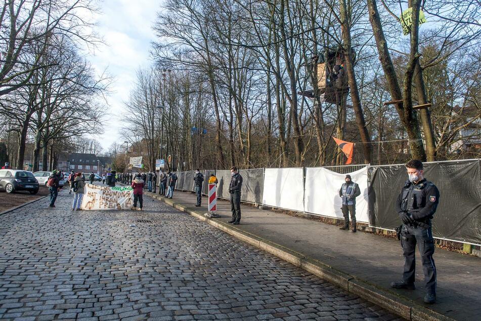 Umweltschützer besetzen Bahnhofswald: Polizei stoppt Räumung