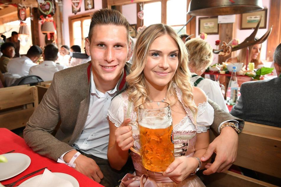 Niklas Süle (25, l.) vom FC Bayern München und Freundin Melissa erwarten im Januar des kommenden Jahres das erste gemeinsame Kind.
