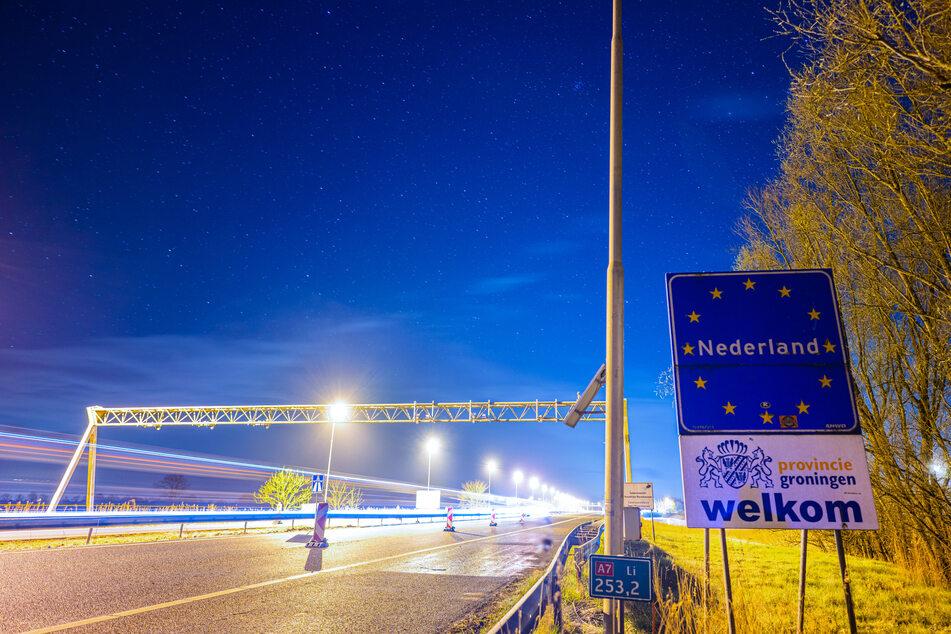 Das Grenzschild zur Niederlande an der deutsch-niederländischen Grenze. Wegen stark steigender Corona-Infektionszahlen gelten die Niederlande seit Mitternacht aus deutscher Sicht als Hochinzidenzgebiet.