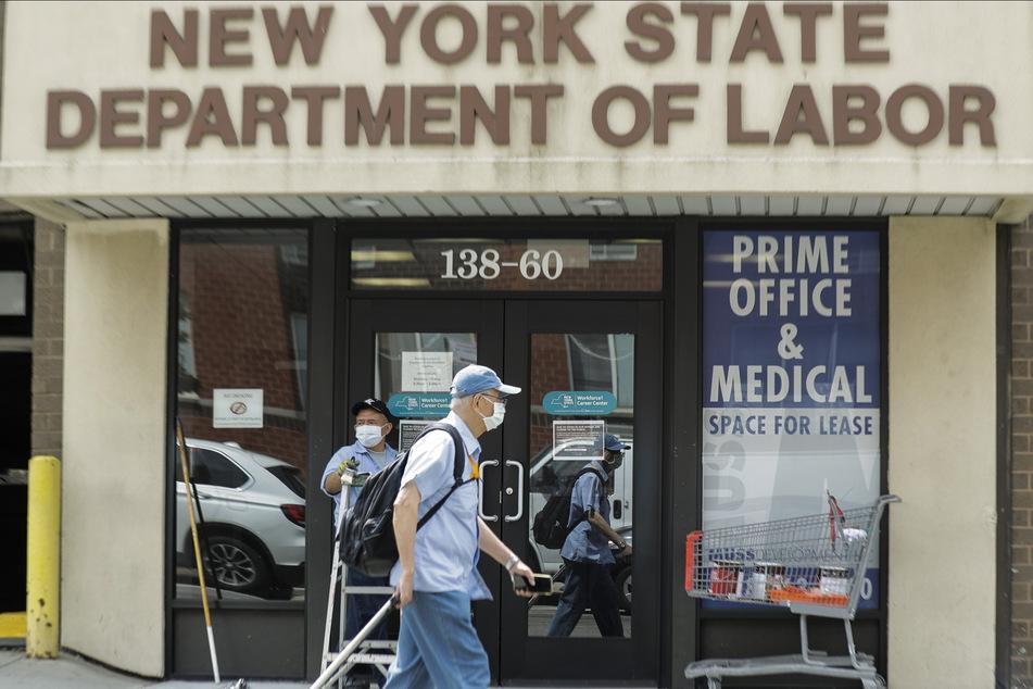 Ein Passant geht an einem Büro des New Yorker Arbeitsministeriums im Stadtteil Queens vorbei