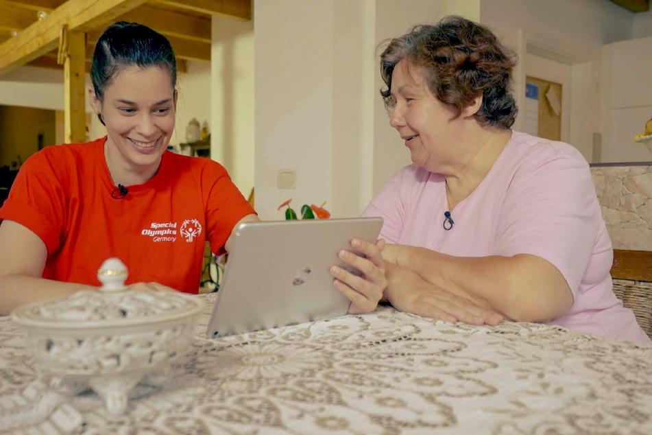 Schwimmerin Miriam (34, l.) mit ihrer Mutter.