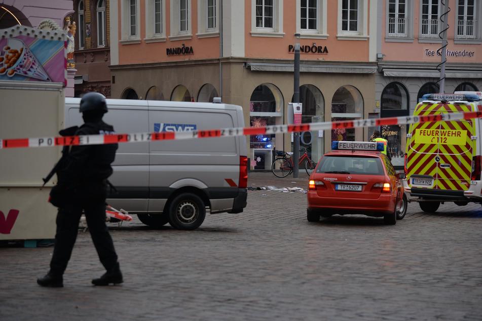Schwer bewaffnete Polizisten sichern die Unglücksstelle.