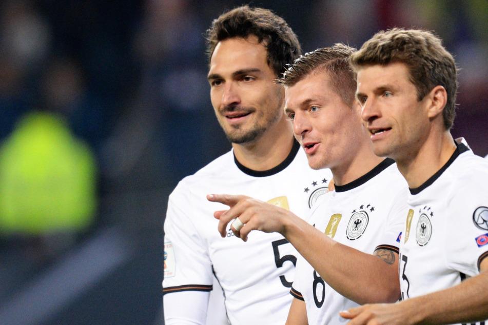 Mats Hummels (31; l.) und Thomas Müller (31; r.) befinden sich aktuell in Top-Form. Könnten sie gemeinsam mit Toni Kroos (30) den Karren aus dem Dreck ziehen?
