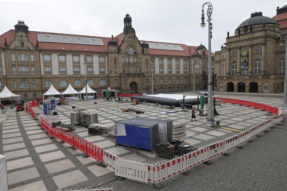 Auf dem Theaterplatz laufen die letzten Vorbereitungen für das Film-Festival.