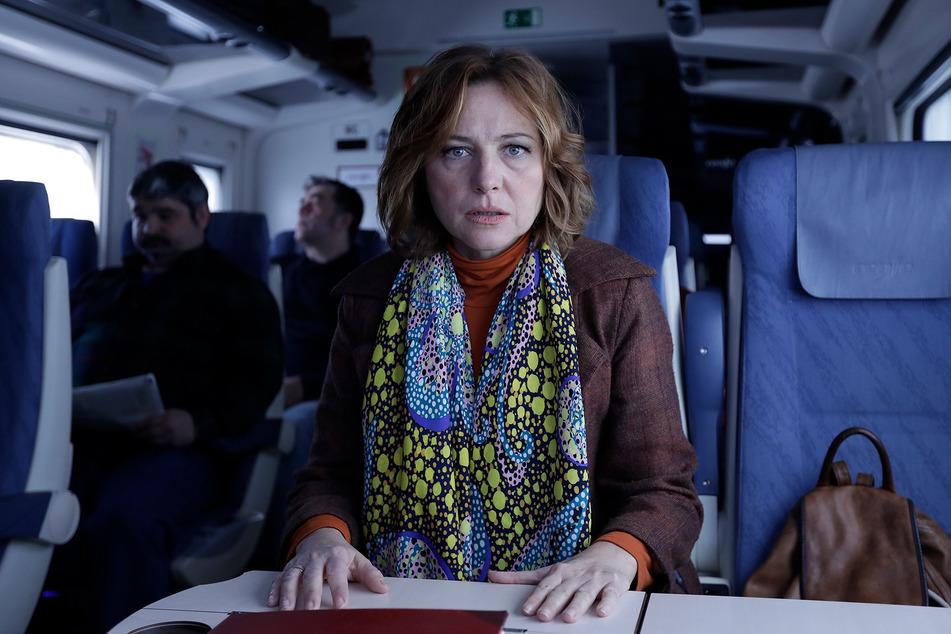 Helga Pato (Pilar Castro) lauscht gespannt den Erzählungen ihres Sitznachbarn.