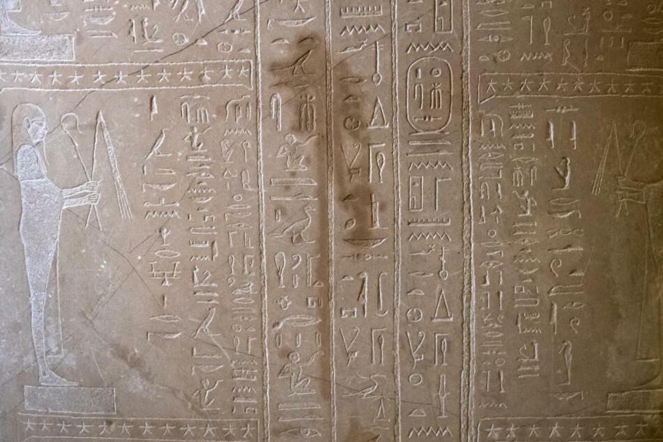 Spuren der Sachbeschädigungen sind an einem Sarkophag des Propheten Ahmose im Neuen Museum zu sehen. Die Beschädigung der übrigen Exponate fällt ähnlich aus.