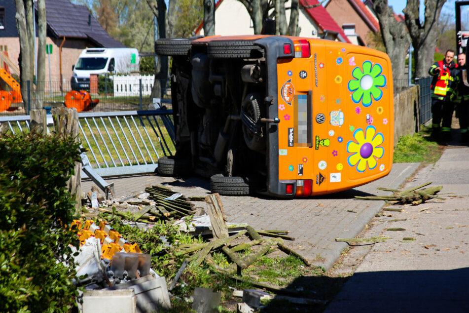 Berlin: Bulli kracht in Stromkasten und schrottet ihn: Unfall sorgt für Stromausfall
