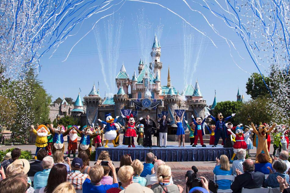 Der US-Unterhaltungsriese Walt Disney hat die für Mitte Juli geplante Wiedereröffnung seiner pandemiebedingt geschlossenen Vergnügungsparks in Kalifornien verschoben.