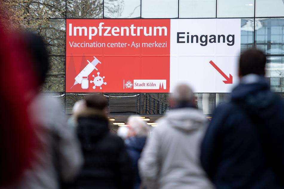 In Köln sind Menschen zu ihrem Impftermin erschienen, mussten dann aber feststellen, dass das Impfzentrum geschlossen hat. (Archivfoto)
