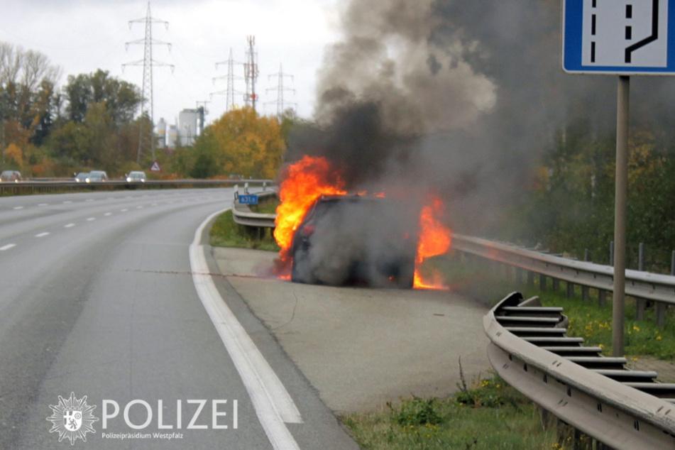 Autobahnabschnitt komplett gesperrt, weil Fahrzeugteile durch die Luft fliegen
