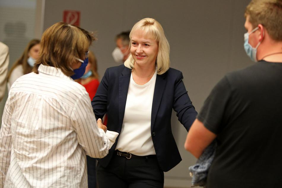 Kathrin Köhler (CDU) gewinnt den ersten Wahlgang. Pia Findeiß (64, SPD, links) gratuliert der CDU-Politikerin.