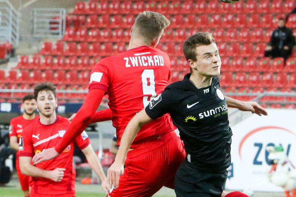 Da waren sie noch Gegner: Luca Horn (22, vorn) im Dezember beim Spiel FSV Zwickau gegen Hansa Rostock. In der neuen Saison trägt er das Trikot der Westsachsen.