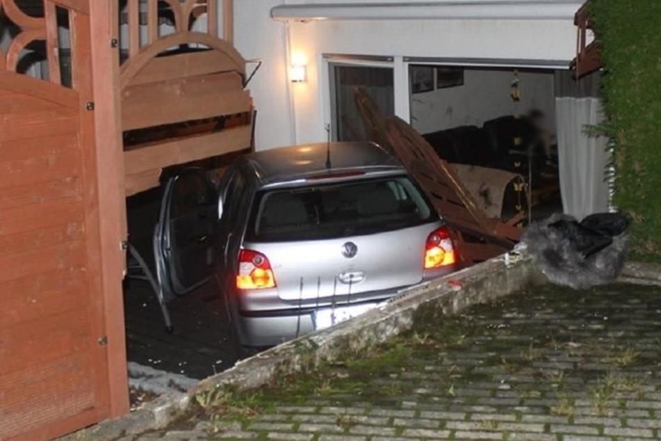 Der VW Polo rollte bergab, durchschlug einen Zaun und landete auf der Terrasse eines Wohnhauses.