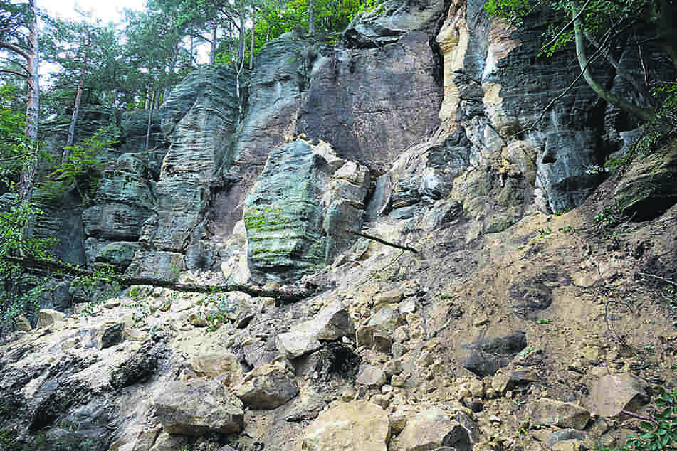 Riesige Sandsteinbrocken stürzten auf den Wanderweg.
