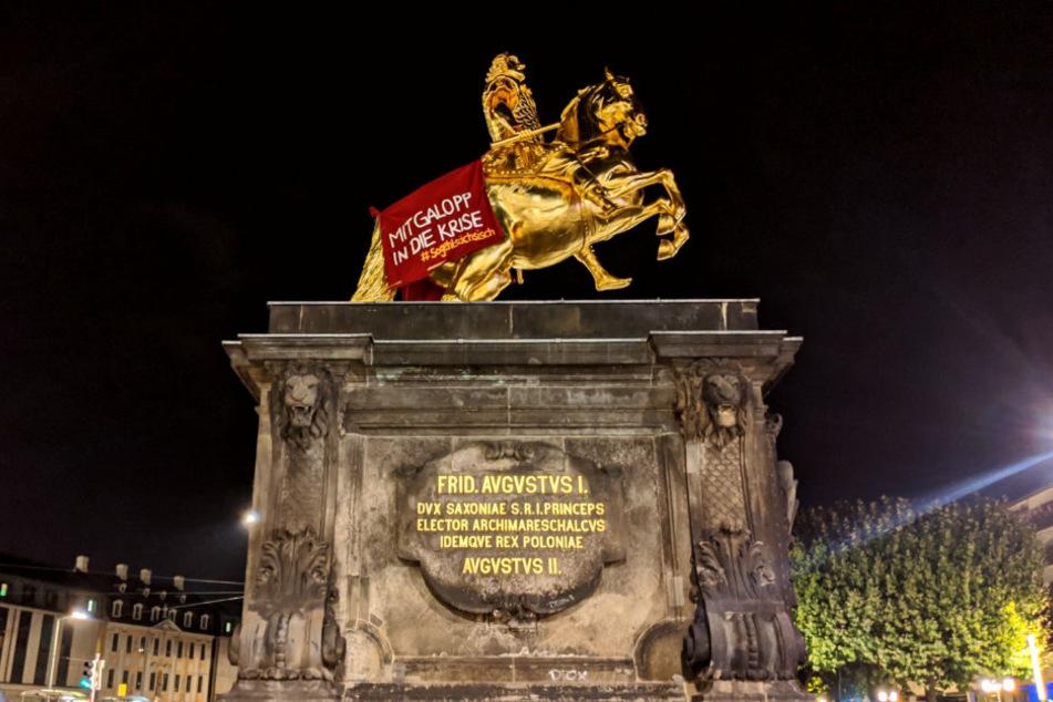 """Extinction Rebellion bekennt sich öffentlich zu der Tat. Auf dem Banner steht: """"Mit Galopp in die Krise #sogehtsächsisch""""."""