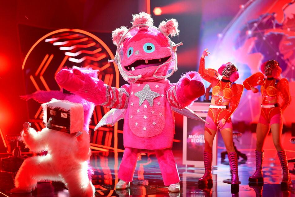 """Noch ist offen, welcher Prominente im """"Monstronaut""""-Kostüm steckt."""