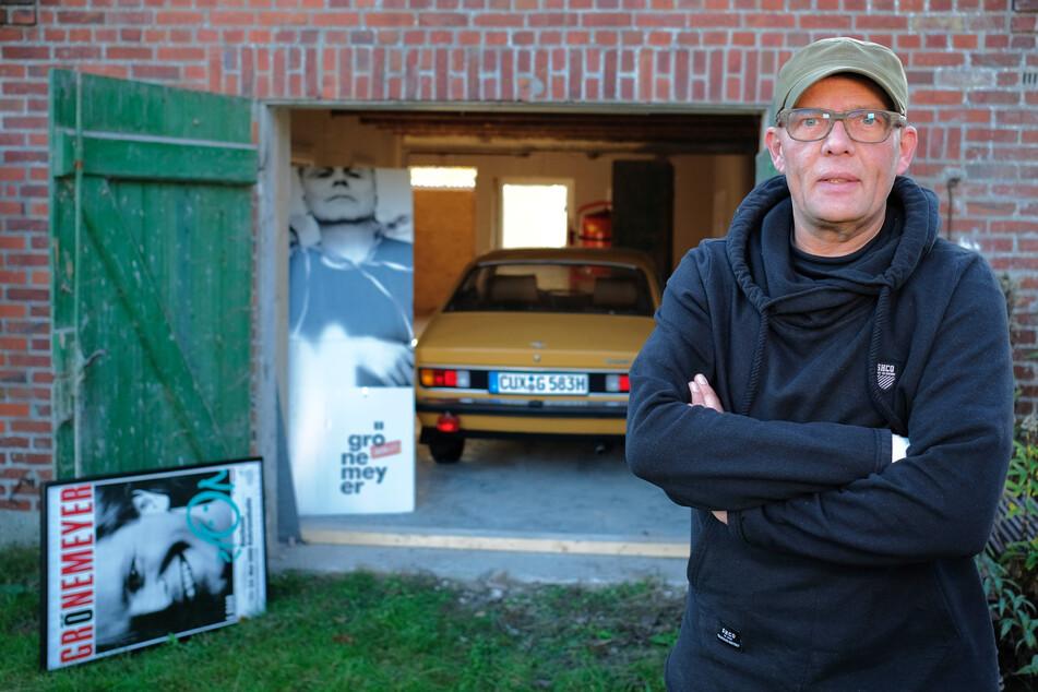 Wolfgang Hess steht vor einem Gebäude, in dem er Grönemeyer-Fanartikel aufbewahrt.
