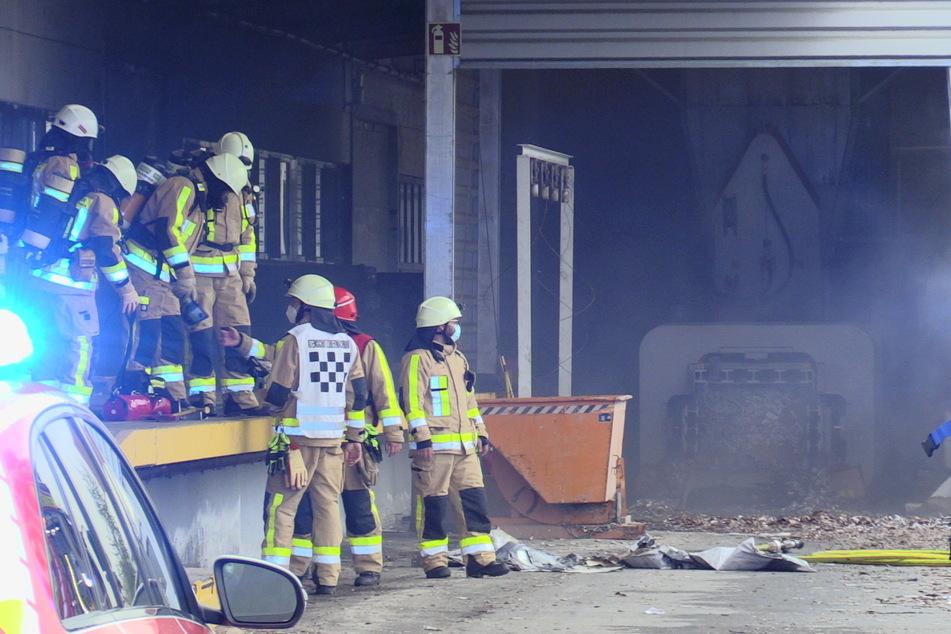 Nachdem der Brand durch die Feuerwehr gelöscht werden konnte, musste die Halle gründlich gelüftet werden.