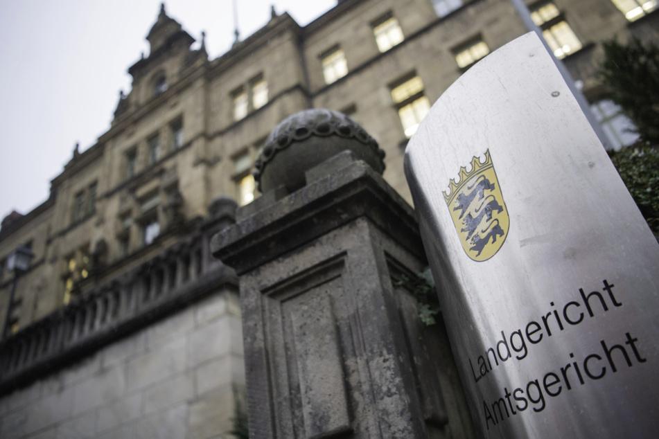 Der Angeklagte muss sich vor dem Landgericht Tübingen wegen Mordes verantworten.