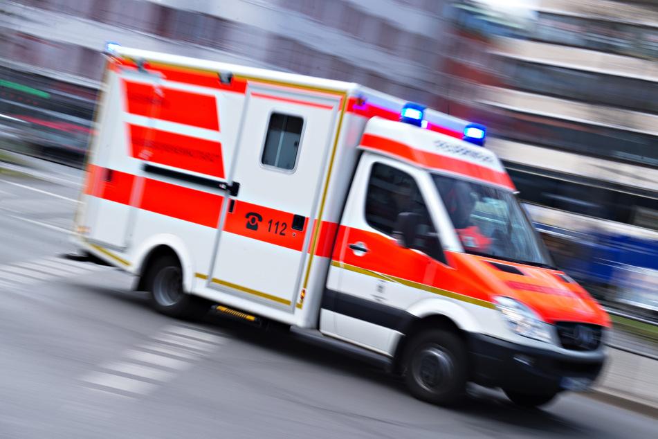 Nachdem der 31-Jährige die Sanitäter mit einem Messer bedrohte wurde er von der Polizei gestellt und in eine Psychiatrie gebracht. (Symbolfoto)