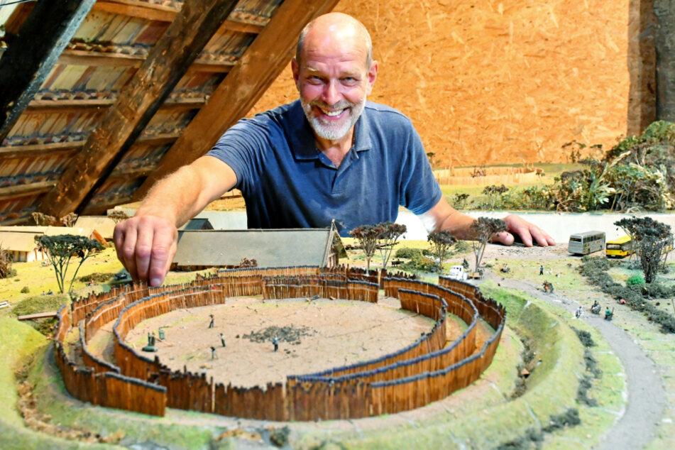 So könnte Dresden vor 7000 Jahren ausgesehen haben. Steffen Bösnecker (64) an seinem selbstgebauten Modell einer Kreisgrabenanlage in Nickern, die wohl als Kult-Stätte diente.