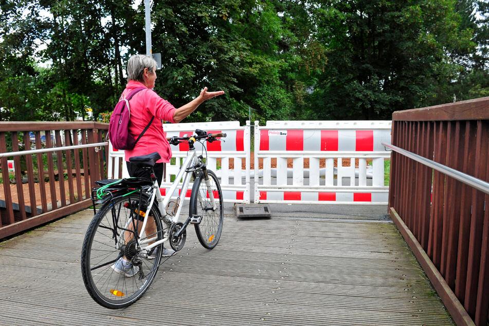 Hier geht es nicht weiter: Barbara Ziller (70) strandete auf der gesperrten Brücke.